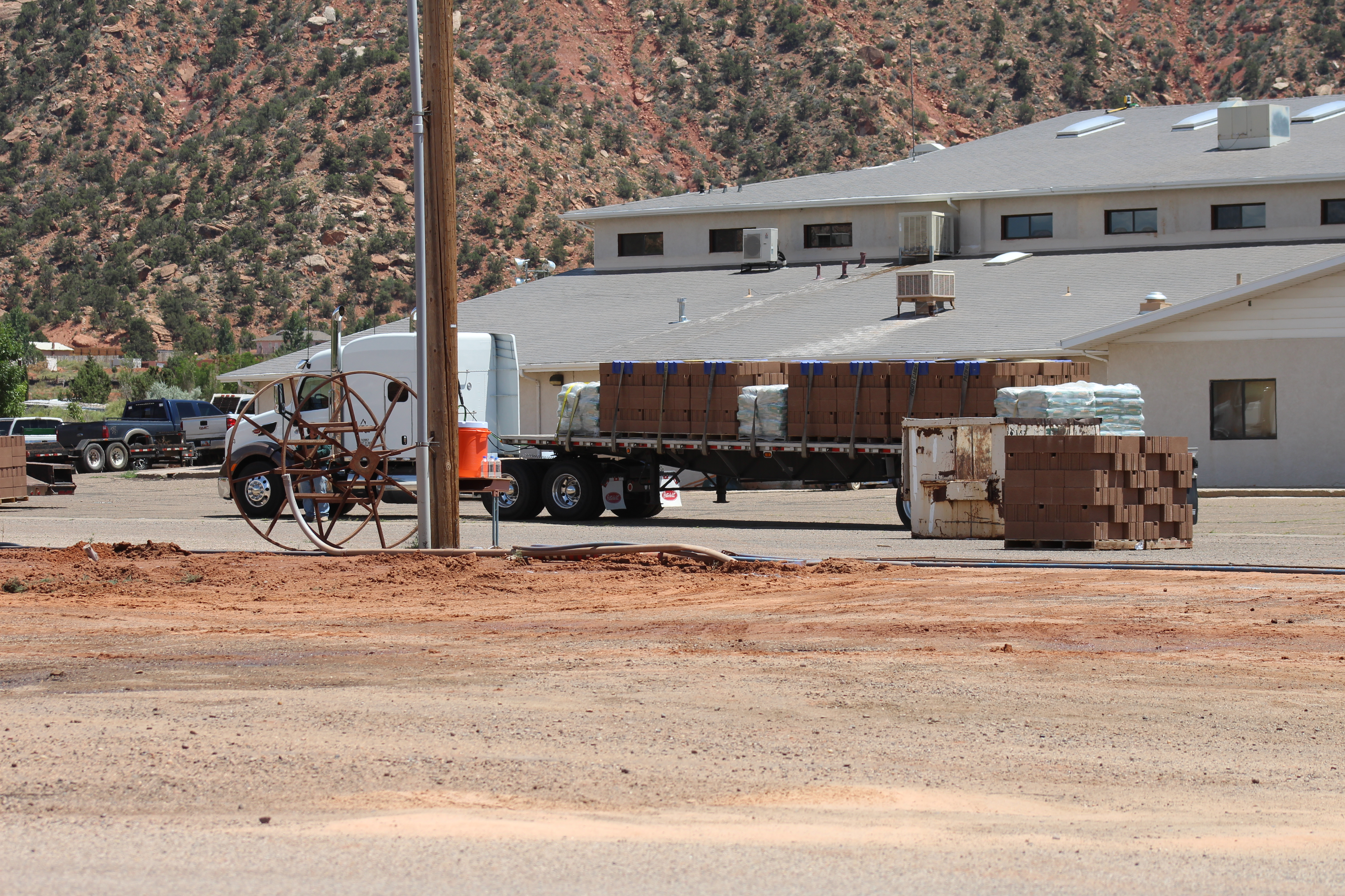 Hundreds Of Flds Members Work To Build Wall Around Meeting