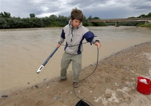 Ben Brown, with the Utah Department of Environmental Quality, takes a pH level reading from a probe in the San Juan River, in Montezuma Creek, Utah, Aug 11, 2015. A spill containing lead and arsenic from the abandoned Gold King Mine in Silverton, Colo., leaked into the Animas River, which flows into the San Juan River in southern Utah, on Aug. 5. The spill was caused by a mining and safety team working for the EPA, Montezuma Creek, Utah, Aug. 11, 2015 | AP Photo by Matt York, St. George News