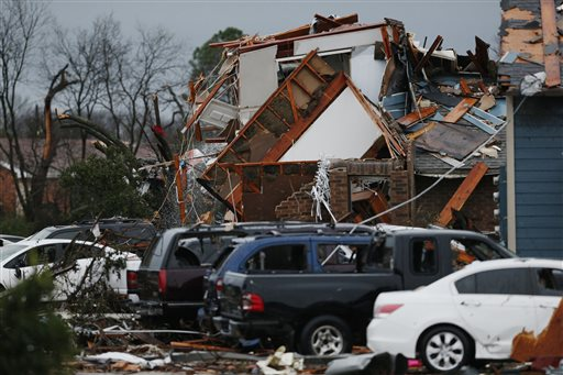 Debris piles up after an apartment complex next to Interstate 30 was damaged by a tornado last night, Garland, Texas, Dec. 27, 2015 | Photo by Nathan Hunsinger, The Dallas Morning News via AP, St. George News