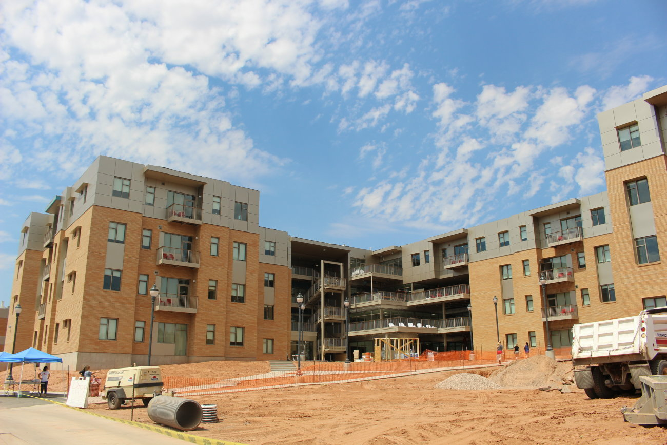 While students moved into the finished inside Campus View Suites, work continued on the outside, St. George, Utah, Aug. 15, 2016 | Photo by Mike Cole, St. George News