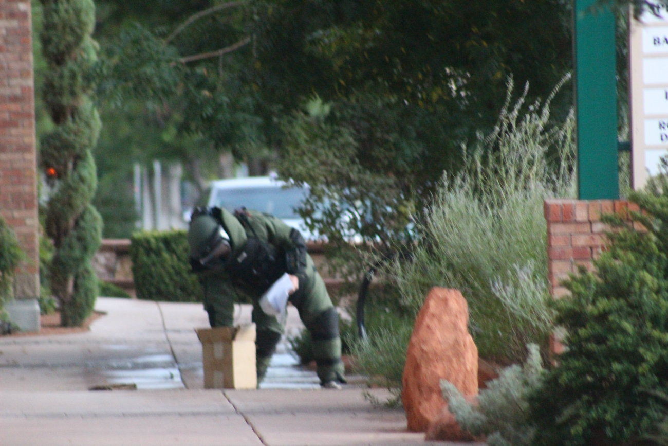 St. George Police the the Washington County Bomb Squad responded to the report of a suspicious package by the Main Street Plaza. The package ultimately turned out to be a box full of documentation according to the bomb squad, St. George, Utah, Aug. 18, 2016 | Photo by Mori Kessler, St. George News