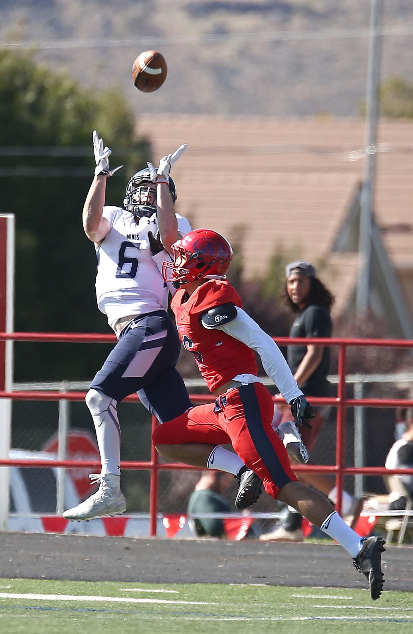 Riley Hoff makes a catch, Dixie State University vs. Colorado School of Mines, Football, St. George, Utah, Oct. 22, 2016, | Photo by Robert Hoppie, ASPpix.com, St. George News