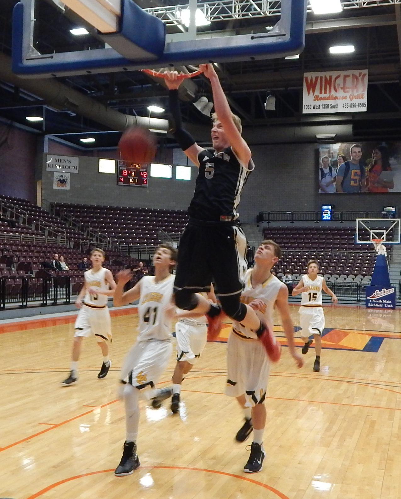 Trey Farrer with a slam dunk, Pine View vs. Union, 3A Preview, Richfield, Utah, Dec. 3, 2016 | Photo by Andy Griffin, St. George News